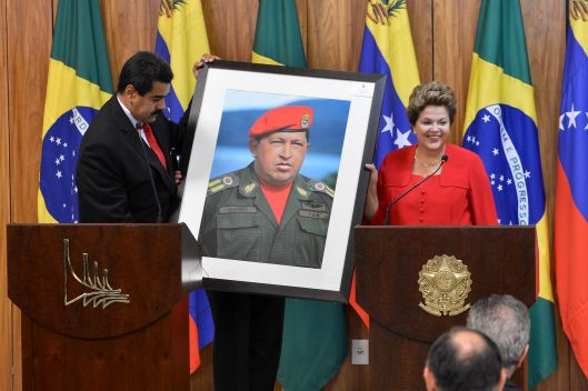 Dilma_Rousseff_receiving_a_Hugo_Chávez_picture_from_Nicolás_Maduro (1)